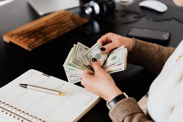 A business money tracking cash expenditure